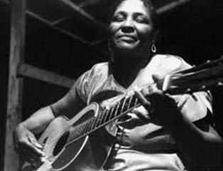 رزالی هیل در حال نواختن گیتار | منبع: https://www.culturalequity.org